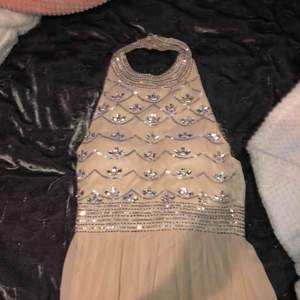 Beige balklänning, använd en gång, fint skick med paljettdetaljer.