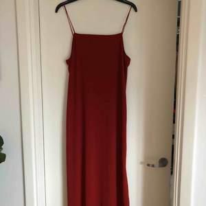 Vadlång sommar klänning med spagettiband. Storlek 38. Frakt tillkommer.