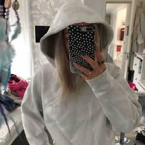 Vit hoodie utan ficka från Zara, supermysig!