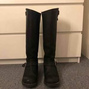 Svarta höga äkta Johnny bulls. Köpta från Nilsson shoes för något år sedan för 1500 kr. Säljer pga använder inte längre. En del av spännet längst ner har gått sönder.(bild 3) därav lägre pris. Kan tänka mig att gå ner i pris. Hör av er för fler bilder
