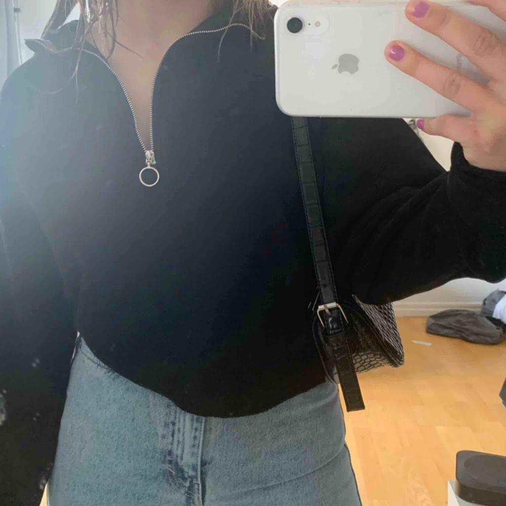 Svart sweatshirt med dragkedja, storlek Xs. Tröjor & Koftor.