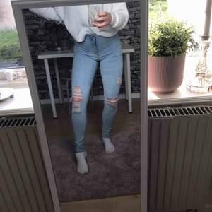 Ljusblåa fina jeans med hål i. Storleken är i L men är väldigt stretchiga vilket gör att de passar mig som vanligtvis har S/M i byxor.