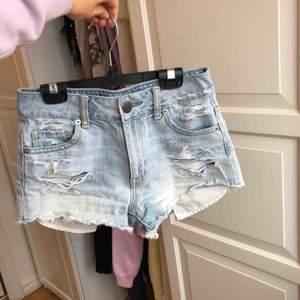 Supersnygga jeansshorts från American Eagle!!💙 perfekt blå tvätt till sommaren! Köparen står för frakt🤗