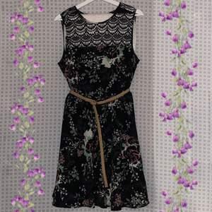 Söt blommig klänning med spetsdetalj, säljs med eller utan skärp!
