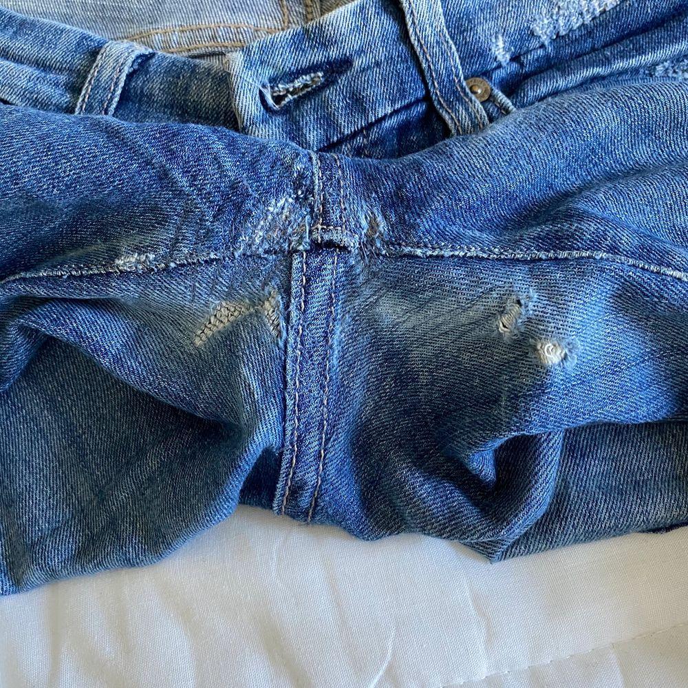 Hej jag säljer ett par välanvända jeans som har lagats men har nya hål. Från 7 for all mankind. Svin snygga i storlek 24. Säljer för 100kr ink frakt.. Jeans & Byxor.