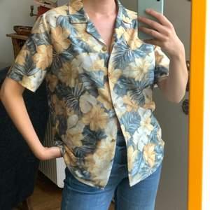 Snygg Hawaii-skjorta med fina knappar. Är vintage men fortf i fint skick, frakt kostar 42kr 💕 storlek 40, tycker dock att den sitter bra på mig med storlek 36.