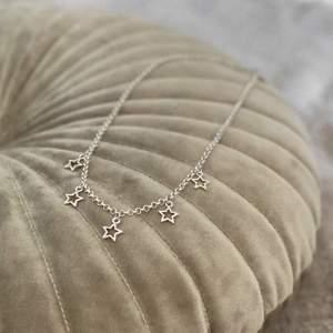 Halsband med stjärnor ✨ frakt 11 kr. Har flera stycken! Se mer på insta: moon.jwlry 🌙