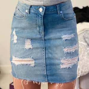 Jättefin jeanskjol med slitningar, aldrig använd.             Väldigt stretchig så den passar enkelt XS/S och M.       Kontakta mig vid mer frågor eller bilder