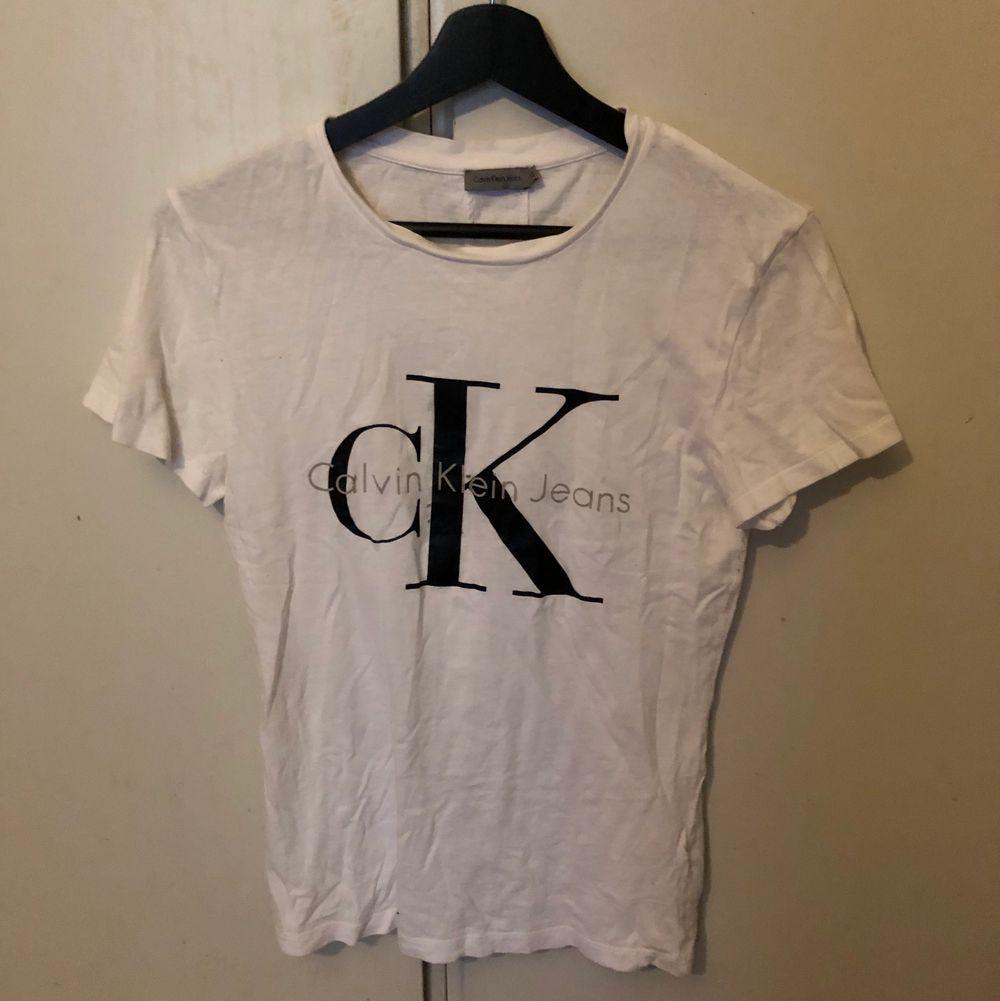 Använd en hel del men helt ren. Äkta köpt från Nelly.com. Finns några småhål fram som syns på bilderna men syns inte riktigt när den är på. Därav priset. Köparen står för frakten☺️. T-shirts.