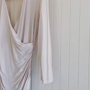 En fin strechig klänning som sitter som en smäck på de flesta, fiesta! 🥰✨i gott skick