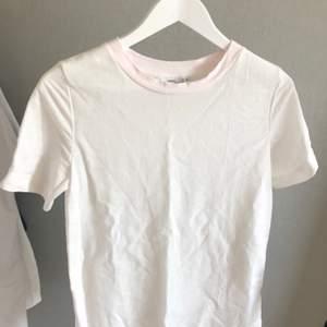 Basic vit T-shirt i storlek S från KappAhl. Köpt second hand för ca 60 kr. Säljes för 90 kr (+ 50 % som går oavkortat till UNICEF). Kan fraktas (frakt tillkommer).