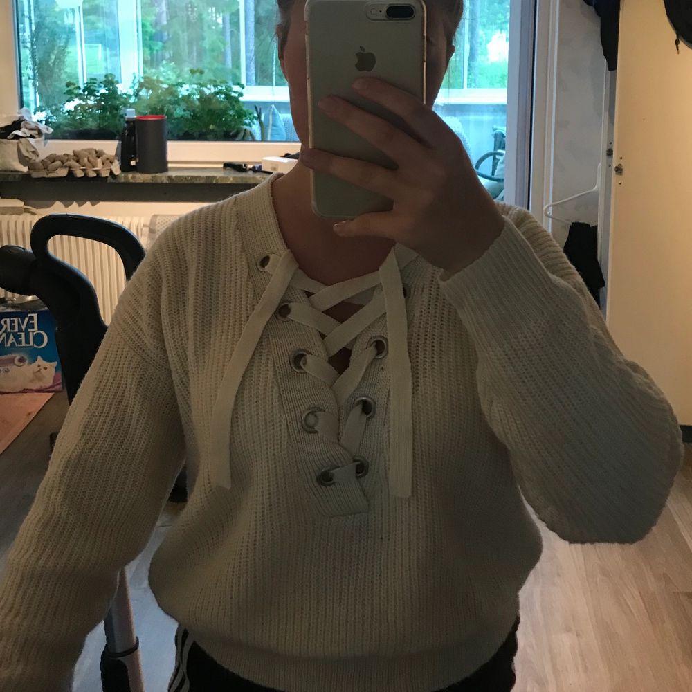 Stickad tröja från H&M använd en gång, mjuk och skön storlek S. 100kr plus frakt, fint skick❣️. Stickat.