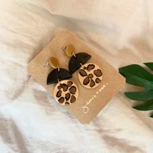 Handgjord örhänge 50-70kr🦋 , beror på storleken.       Skicka bild för inspiration på hur du vill att dina örhänge ska se ut och då kan vi göra en speciellgjord örhänge som det bara du som har.🍃 Frakt är 9kr💐