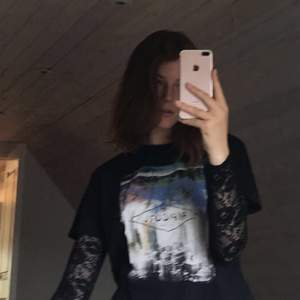 Säljer en svart Ripcurl T-shirt med surfmotiv! Väldigt basic t-shirt men blir snygg om man stylar den med något coolt under tex!