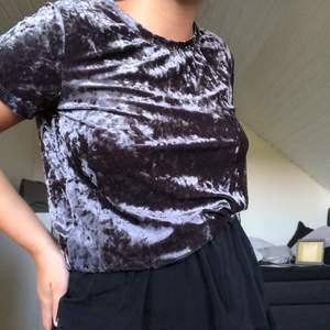 En t-shirt i krossad sammet tror jag man säger. Färgen skiftar lite beroende på ljus men är mörk blå/lila ungefär. Super cool o snygg men tycker den blivit för liten för mig. Står storlek M men skulle mer säga S💜
