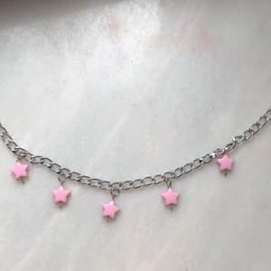 Säljer detta fina halsband, fraktkostnad på ca 11kr tillkommer