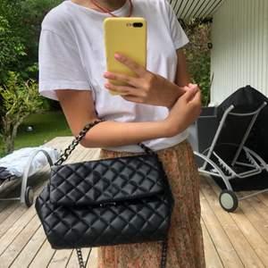 Säljer denna medel stora svara väska från Gina Tricot!💐💜 inköpt för ca 1 år sedan, sällan använd och därav mycket bra skick. Finns både en längre kedja och en kortare! (Köparen står för fraktkostnad) 💖