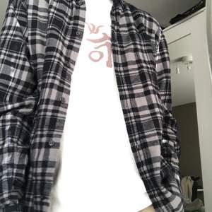 Knappt använd grå flanellskjorta storlek M