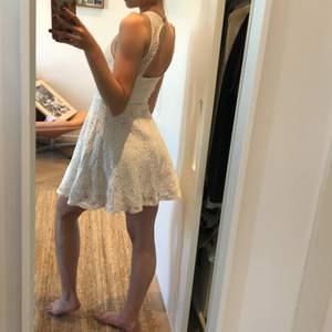Härlig sommar klänning från Hollister i storlek M. Klänningen är vit med spets!