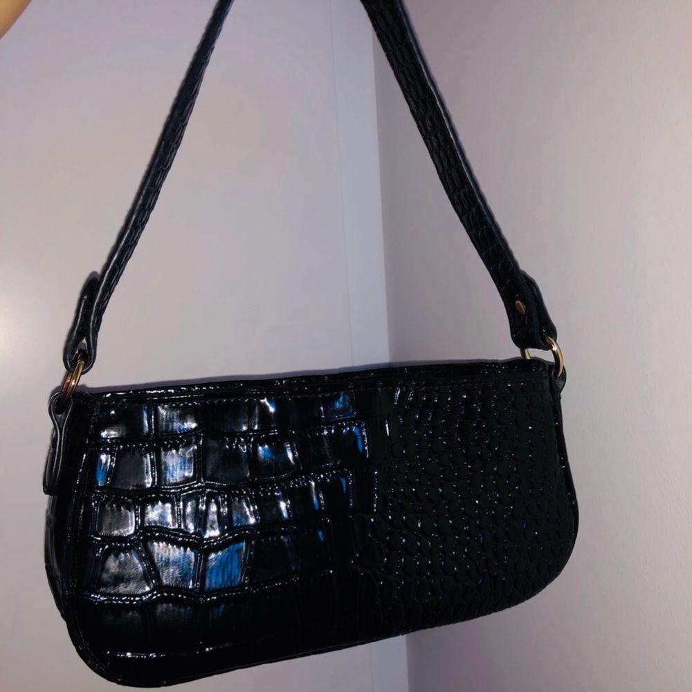 Intresskoll för denna axelremväska💖 Väska kommer inte till användning då säljer till ngn som mer behöver än mig💖 Fler intresserad blir en budgivning💖 Den högsta budet vann💖 . Accessoarer.