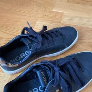 Sneakers från Björn Borg, använda. Köpte dem på nedsatt pris från början då B har försvunnit vid kanten (se bilder). Inget som stör.