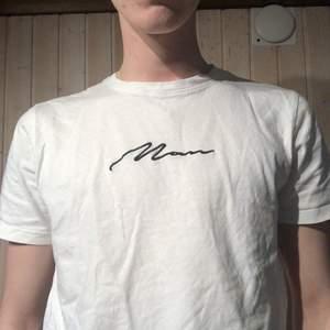 En enkel t-shirt ifrån boohoo man. Storlek L men känns som S/M. Samfraktar gärna