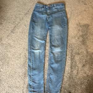 Högmidiade jeans från h&m storlek 36 använda ca 5 gngr. Finns en liten vit fläck på vänster ben men de syns knappt. Pris 100kr+ frakt