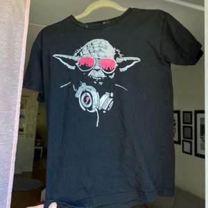 Säljer denna tröja i storlek s, frakt: 66kr hör av dig om du är intresserad💓💓 om många vill ha den blir det budgivning kram🥰