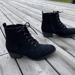 Fräscha svarta skor med en liten klack endast använda fåtal gånger, säljer pågrund av att dom blev försmå. Frakt tillkommer