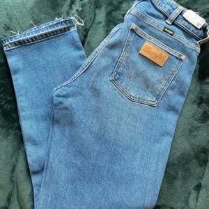 Helt nya wrangler jeans, stl 28/32. Aldrig använda, höga i midjan och raka i benen. Köpare står för frakt eller möts i Malmö 🌹