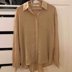 Superfin skjorta från NAKD som sitter så fint på! Använd en gång så i princip oanvänd. Frakt ingår i priset!⚡️⚡️