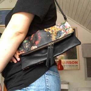 Jättesöt liten handväska med fint blommönster. Vet inte vilket märke det är men den är i bra kvalitet.