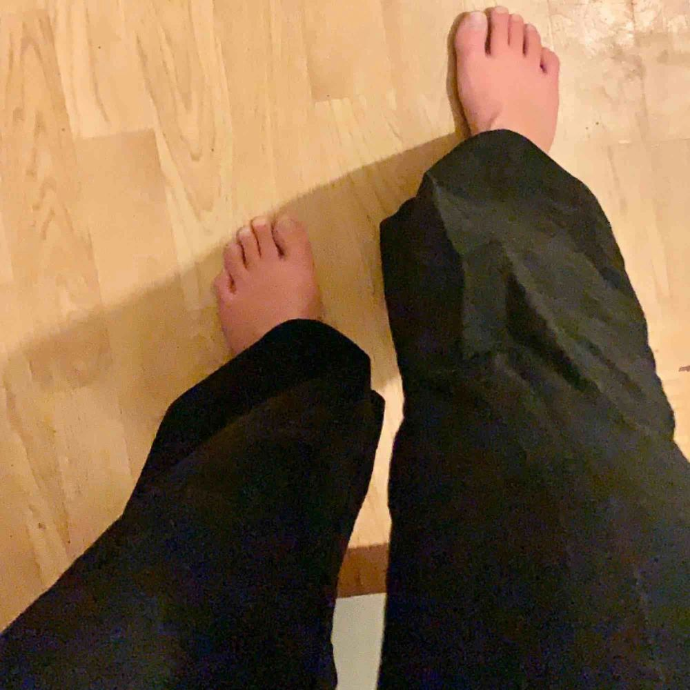 Mjuka och sköna kostymbyxor i storlek S, vida nertill💕 Skriv om du har frågor!. Jeans & Byxor.