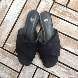 🌸 Väldigt fina sandaler i fejkmocka. Sparsamt använda då de var lite för smala för mina ganska så breda fötter 🙈 använda ute 2 ggr. Vid frakt tillkommer 60kr 🌸