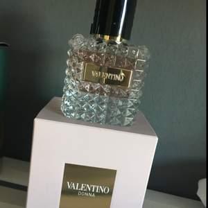 Oanvänd Valentino Donna 50 ml. Säljes på grund av felköp då Donna Aqua jag var ute efter har samma förpackning 😩 Insåg inte att det var fel förens jag öppnat den.  Köpt på lyko.se för 769:-