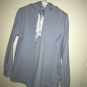 På tröjan står det M men skulle säga att den passar en som har stl S med. Använd ungefär 3 gånger och inte har kommit till användning