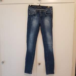 Helt nya denim jeans som aldrig är använda. Storlek 38.