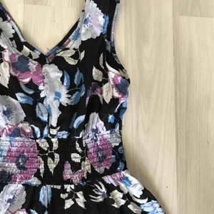 Så söt klänning med blommor som jag skulle säga passar XS/S. Möts i slussen eller så tillkommer frakt :)
