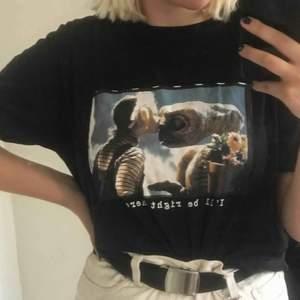 jättefin T-shirt med E.T - tryck!