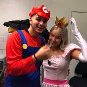 Säljer två jätte fina halloween kostymer.                       Peach och Super Mario💗💗 200 kr för Mario och 300 kr för peach dräkten. Fint skick endast använda 2 ggr. Peach dräkten är i storlek xs och Mario dräkten i storlek L.