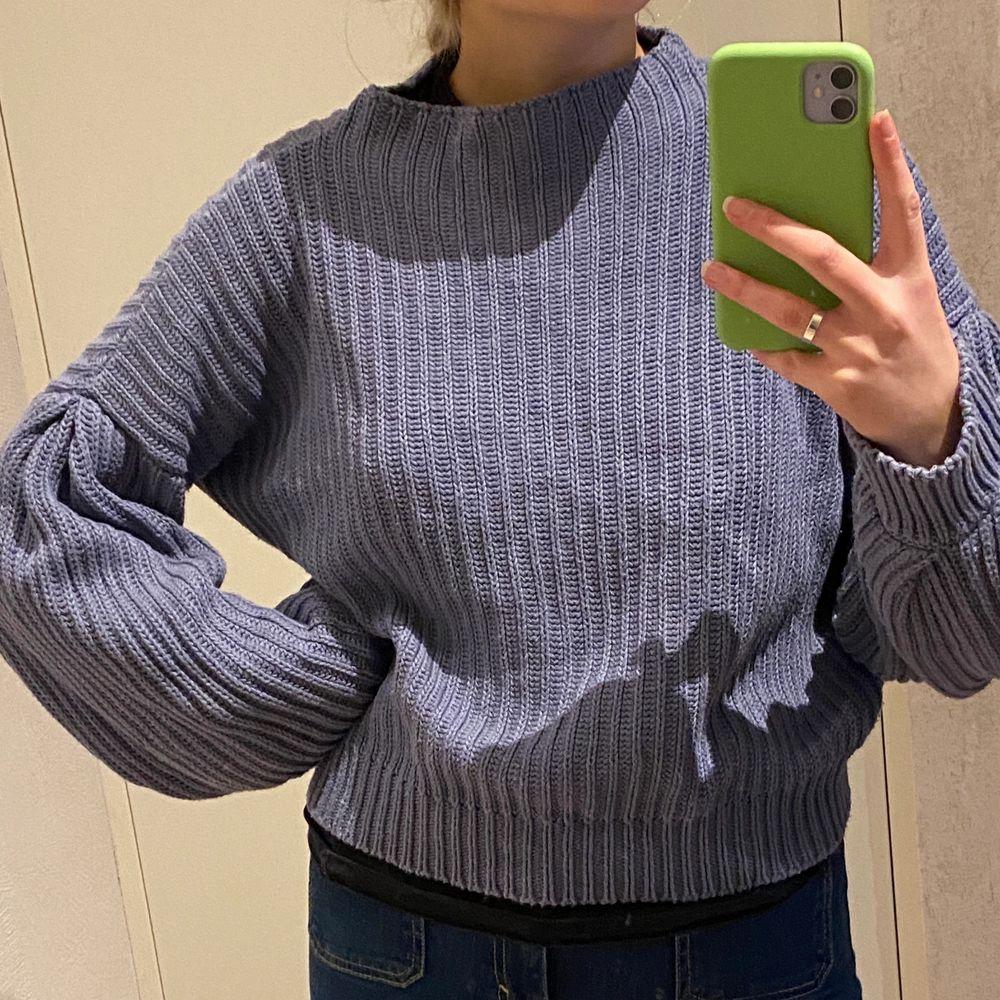 Riktigt skönt stickad tröja köpt på NA-KD🥰 ena armen har en liten slitning längs ut, kan skicka tydligare bild om nån vill💙. Tröjor & Koftor.