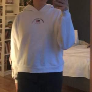 vit hoodie från hm med tryck både bak och fram, säljer för 80kr inklusive frakt