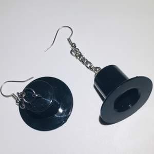 hattörhängen i en kedja, örhängena är helt nickelfria och oanvända, rengörs innan de skickas. 50kr + 11kr frakt eller 2 par för 100kr. hör av dig om du är intresserad eller bara undrar något💗