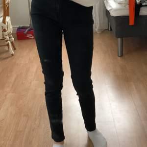 Säljer pga har för många jeans oxh använder inte dessa. Skulle säga att det är en storlek Small💞 (fint skick)