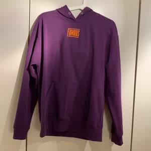 """Lila hoodie med trycket """"famous"""". 150kr inkl. frakt"""