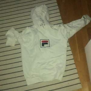 en vit fila hoodie i storlek S den är i väldigt bra skick köparen står för frakt och paketet är spårbart