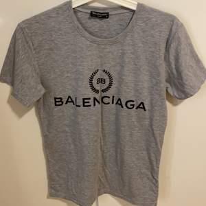 Två grå T-shirt för ett pris. CK är storlek L och BB är storlek S. Går att ha som oversize t-shirts.