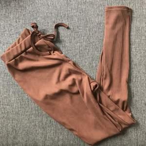 Supersnygga ribbade tights i rostbrunt med rosett! Köparen står för frakten ✨