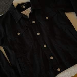En helt oanvänd svart jeans jacka från boohoo, lite lagom over size. Den är super snygg men jag passade inte så bra i den så den blev aldrig använd.