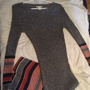 Klänning i jätte bra skick använd max 2 gånger den är lång och formar sig efter kroppen